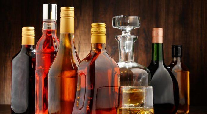 """Τα καπνικά δείχνουν το """"δρόμο"""" για το λαθρεμπόριο στα αλκοολούχα"""