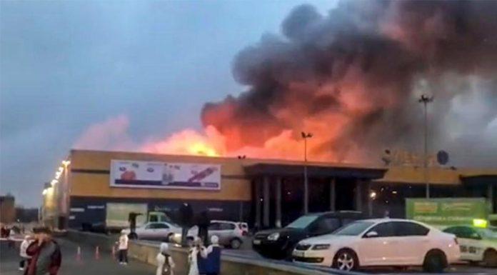 Κατέρρευσε η οροφή σε φλεγόμενο σούπερ μάρκετ