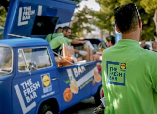 """Το φορτηγάκι της Lidl """"οργώνει"""" την Ελλάδα"""