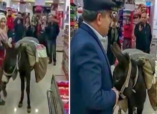 Με γάιδαρο στο σούπερ μάρκετ, για να μην πληρώσουν τις σακούλες