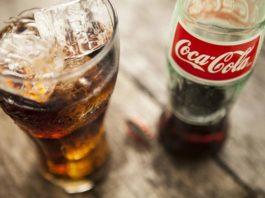 Ρίχνει «μαύρο» στο Facebook η Coca Cola