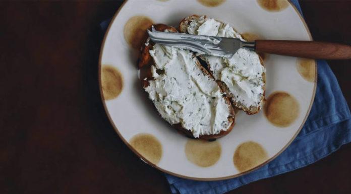 Επικίνδυνα αλείμματα τυριού αποσύρθηκαν από τα ψυγεία